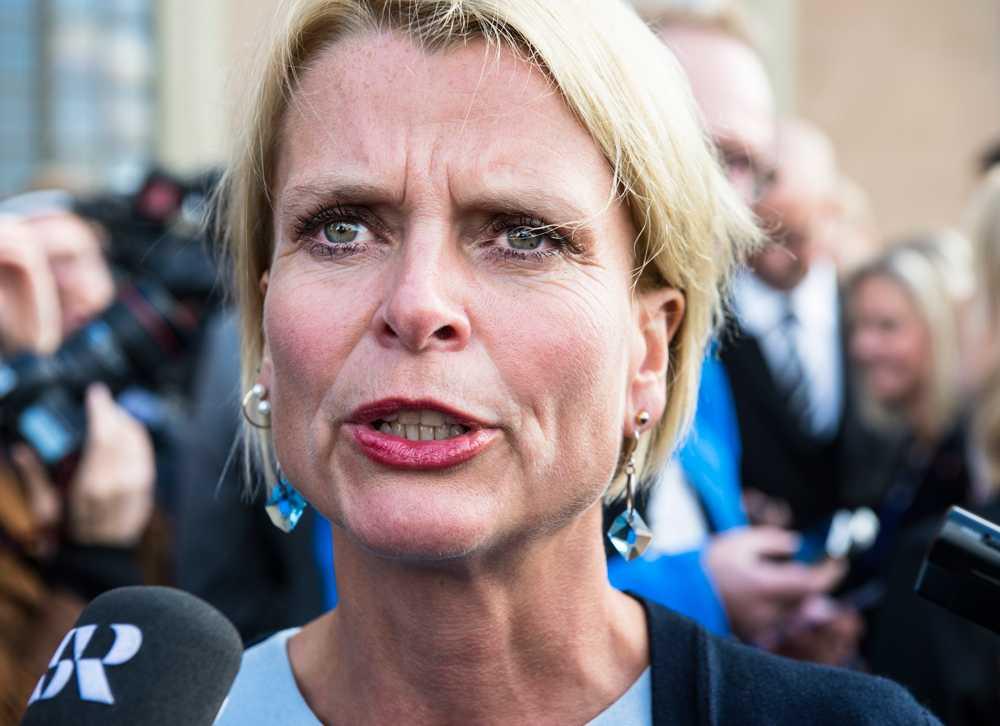 Statsrådet Åsa Regnér tog regeringsplanet för att närvara vid minnesceremonin för tsunamioffren i ett dygn