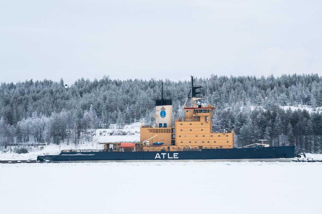 Sjöfartsverkets isbrytare Atle vid kaj i hamnen i Luleå i februari i år. Sedan fyra veckor ligger Atle i karantän ute i fjärden och besättningen får inte gå i land på grund av smittorisken. Arkivbild.
