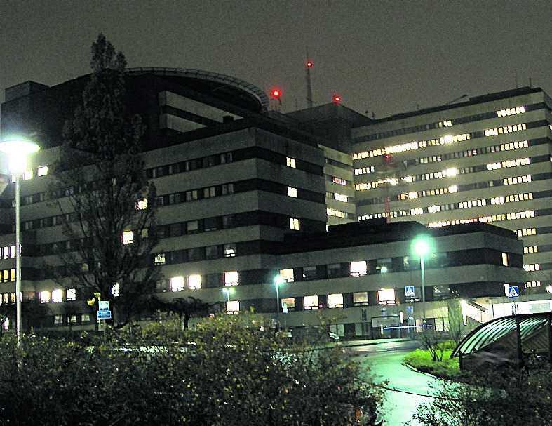 livshotande Här, på Skånes universitetssjukhus i Lund, vårdas kvinnan för livshotande skador.