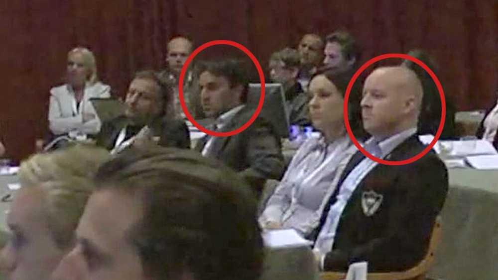 Innan Moggi gick upp i talarstolen satt han vid samma bord som Björn Söder, då partisekreterare i Sverigedemokraterna.
