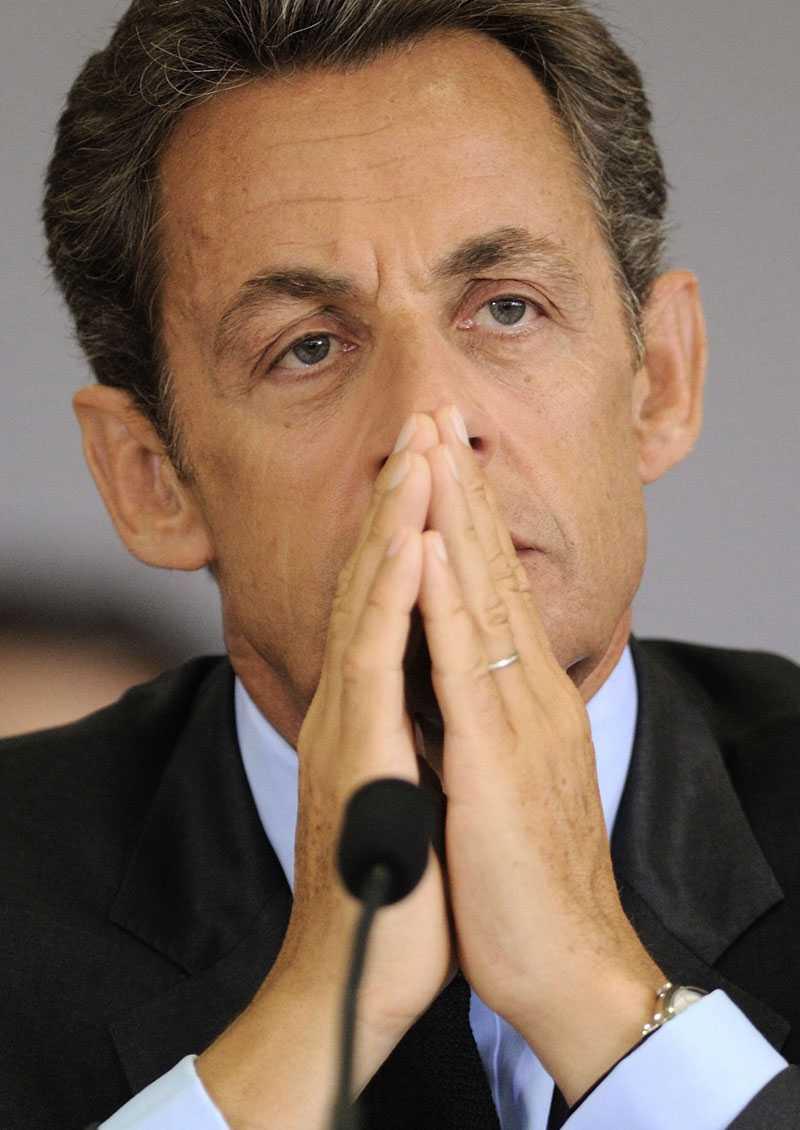 Trängd från alla håll Frankrikes president Nicolas Sarkozy är i knipa,