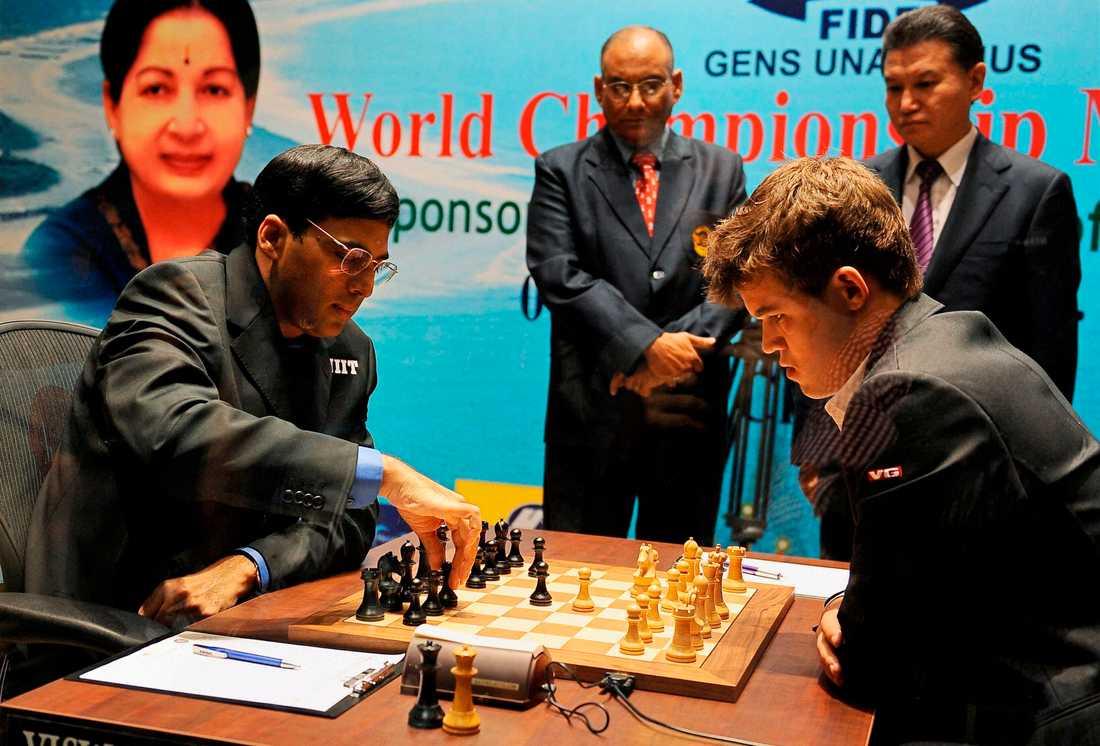 Magnus Carlsen och hans motståndare Viswanathan Anand.