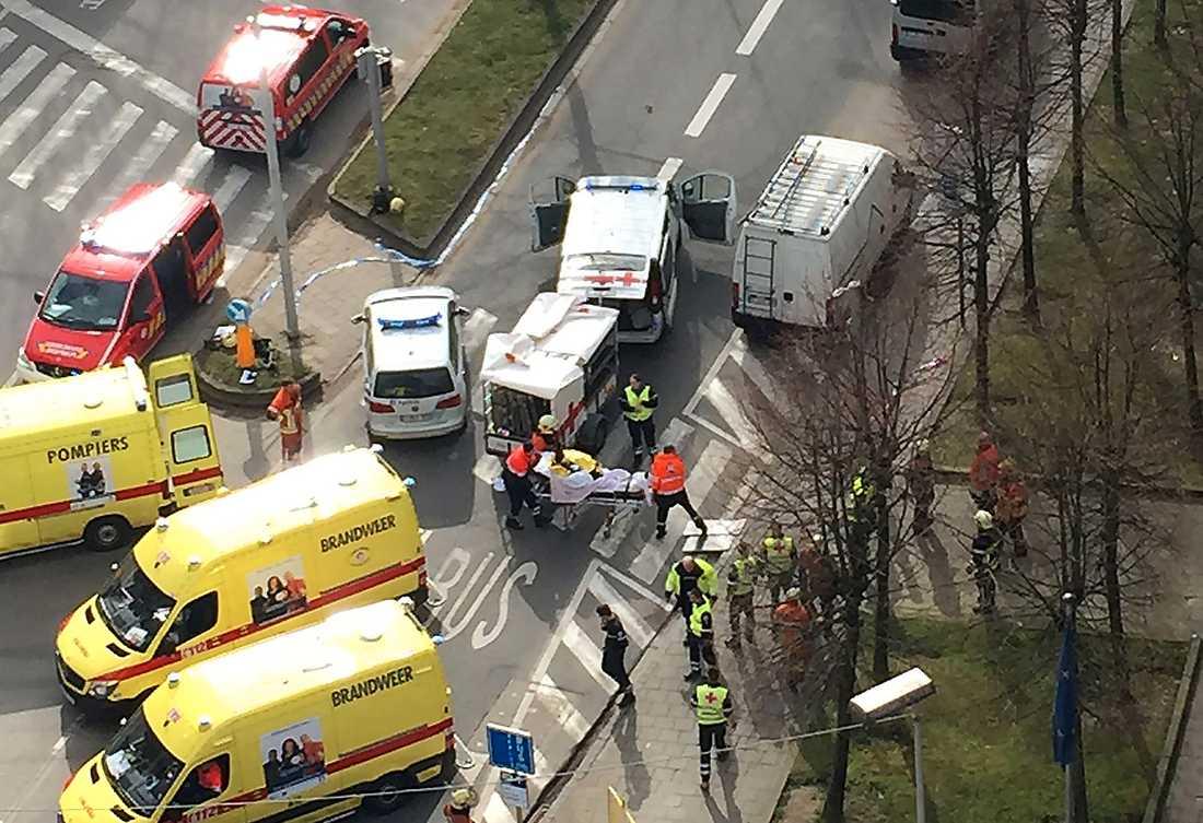 Skadade evakueras från Maalbeek tunnelbanestation i Bryssel.