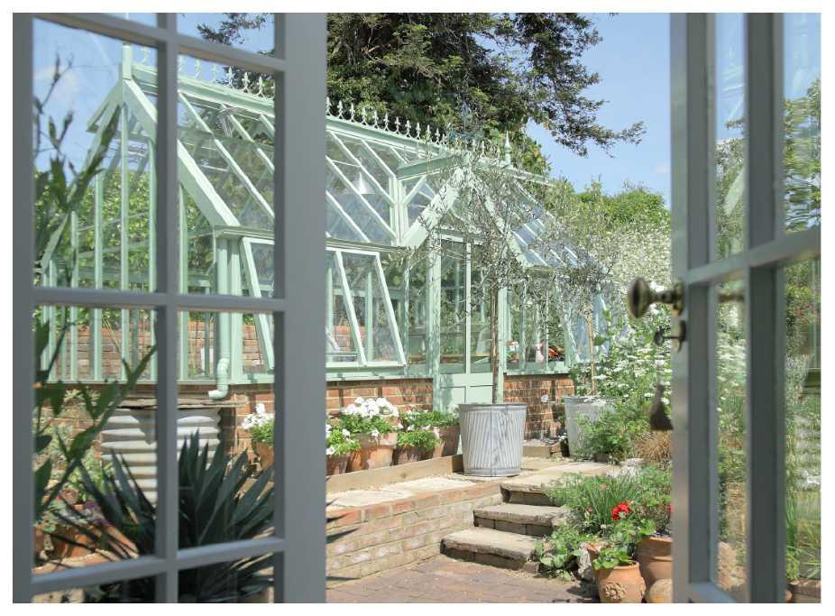 Oavsett om ditt växthus är litet eller stort, hitta din egen stil när du inreder.