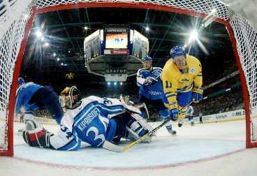 Full fart - till ingen nytta Daniel Alfredsson offrade nästan allt för att Sverige skulle slå Finland. Det räckte till oavgjort - och hela ansträngningen var förgäves.