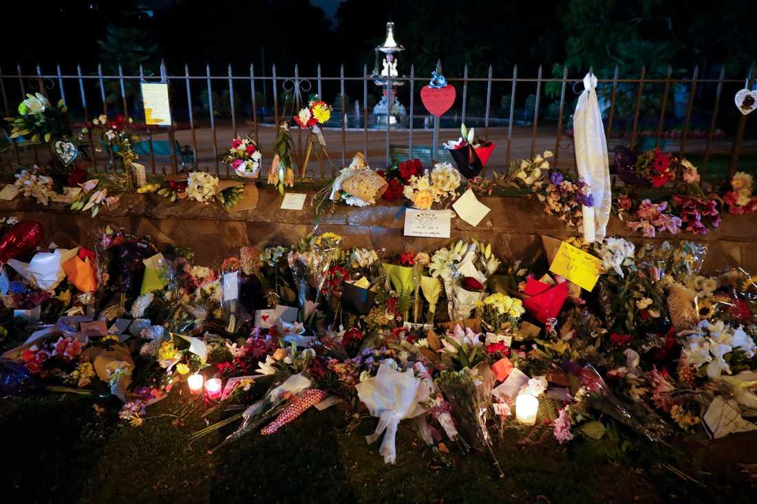 Efter terrorattacken i Christchurch, Nya Zeeland, hedras offren med blommor och meddelanden.