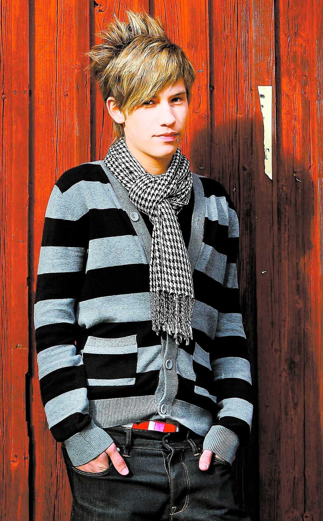 """hyllad på gaygala Kristian Kabelacs utnämndes till Årets kämpe på en gaygala i Stockholm i februari i år. """"Jag kunde inte tro det var sant. Det var så fantastiskt att alla plötsligt trodde på mig"""", säger Kristian."""