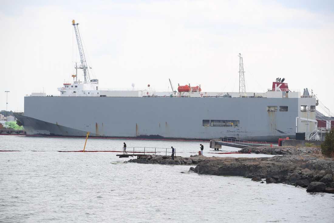 Det skadade fraktfartyget Makassar Highway bogserades in till Oskarshamn. Arkivbild.