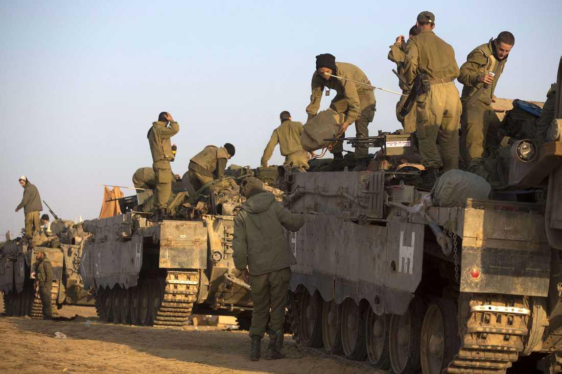 Israeliska soldater mobiliserar vid gränsen.