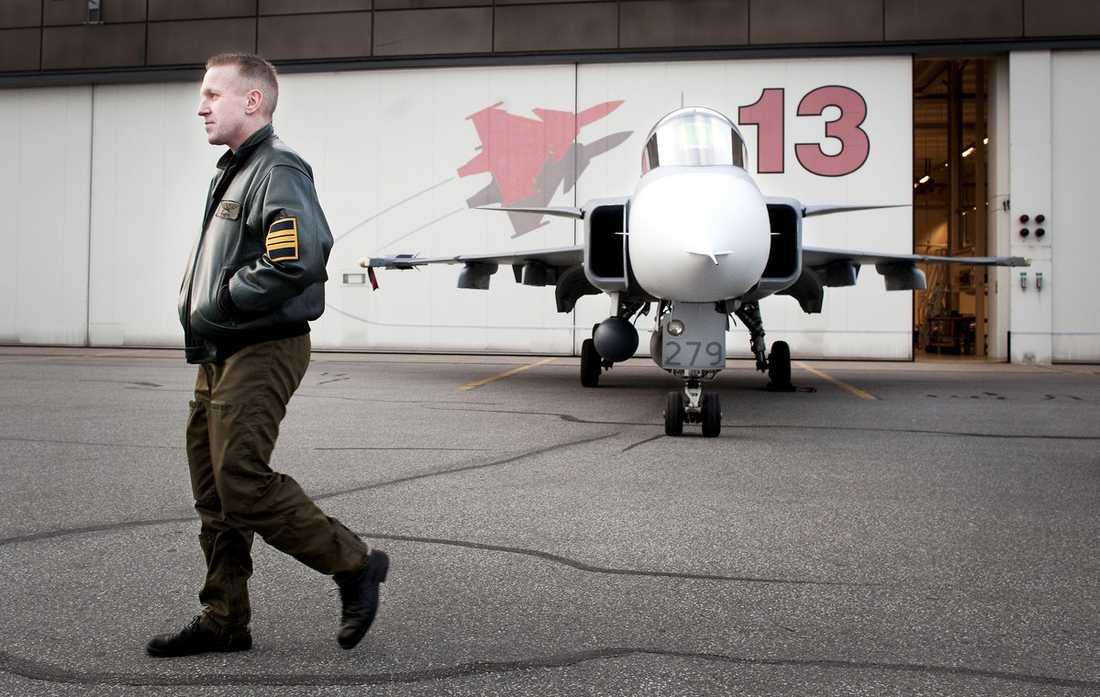 PÅ VÄG? Mikael Lundquist, 42, har anmält att han är redo att flyga ett av Jas Gripen-planen i Libyen. I dag förväntas Sverige få frågan av Nato som innebär att det blir så.