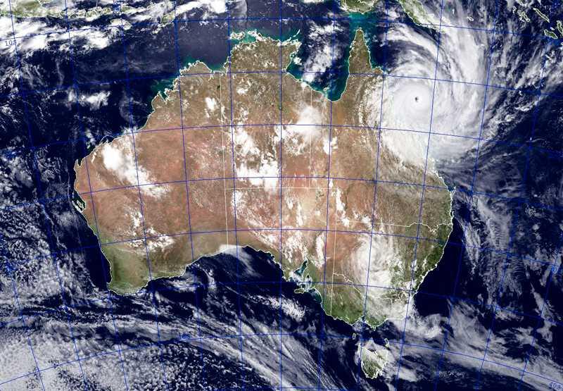 """""""Dödscyklonen"""" har den kallats Yasi närmar sig australiska Queensland. I värsta fall kommer den ta liv. Förödelsen väntas bli stor."""