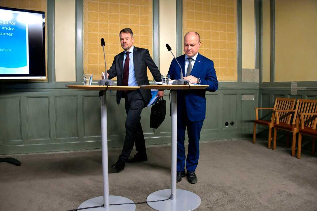 Riksåklagare Anders Perklev (tv) överlämnar Blåljusutredningen till justitieminister Morgan Johansson på onsdagen.