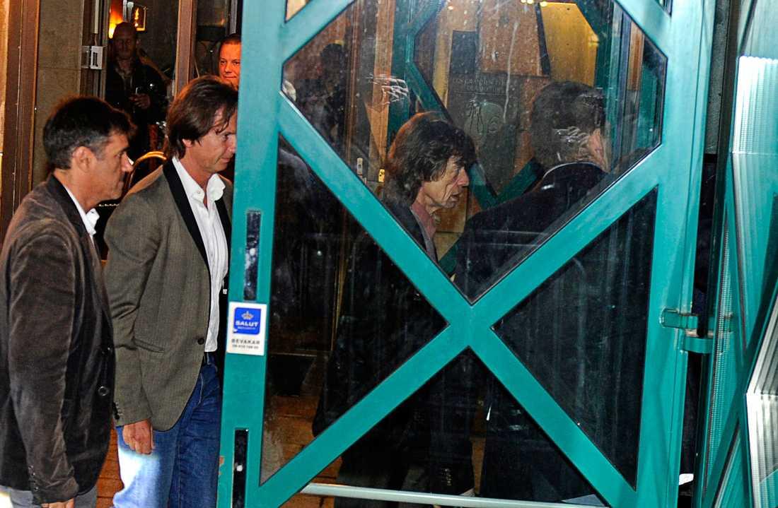 Mick Jagger anlände Café Opera efter sina bandkamrater, i en egen limo och vinkade åt de samlade fansen.