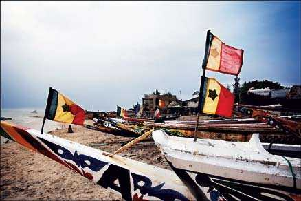 På stranden ligger byns fiskebåtar uppdragna.