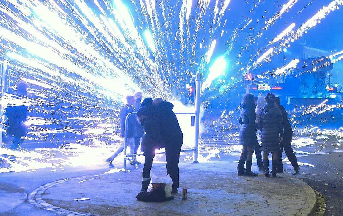 MALMÖ På Möllevångstorget exploderade flera raketer. Det var i natt oklart om någon skadats.