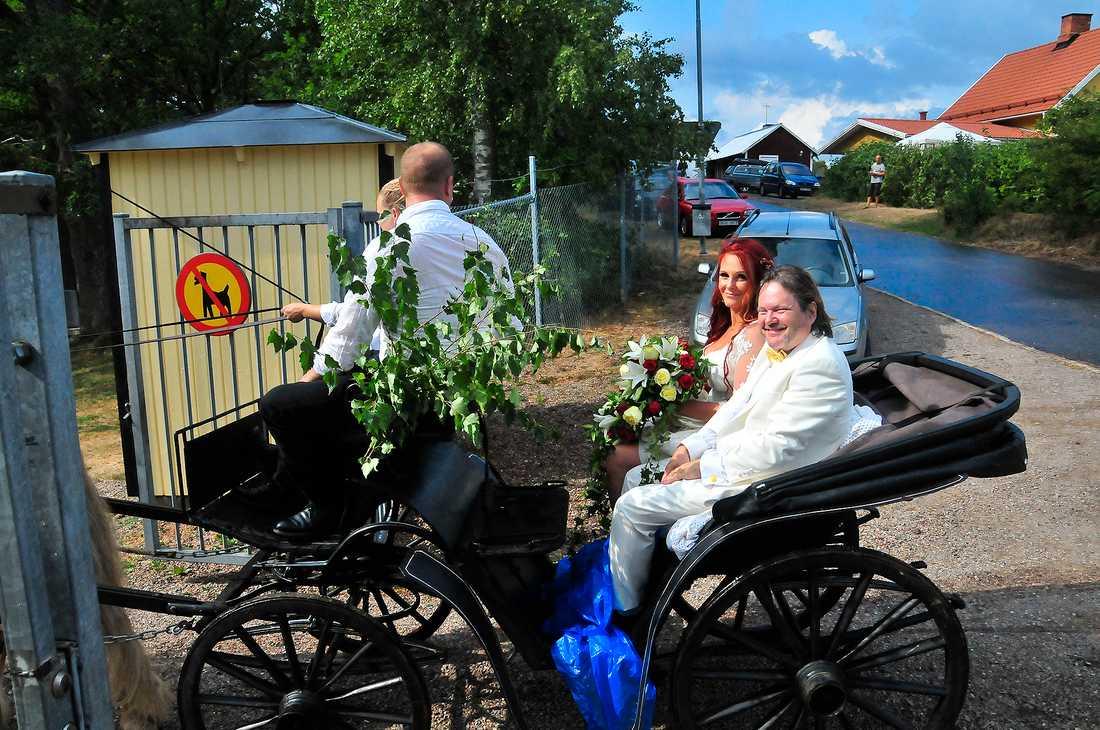 Häst och vagn för brudparet.