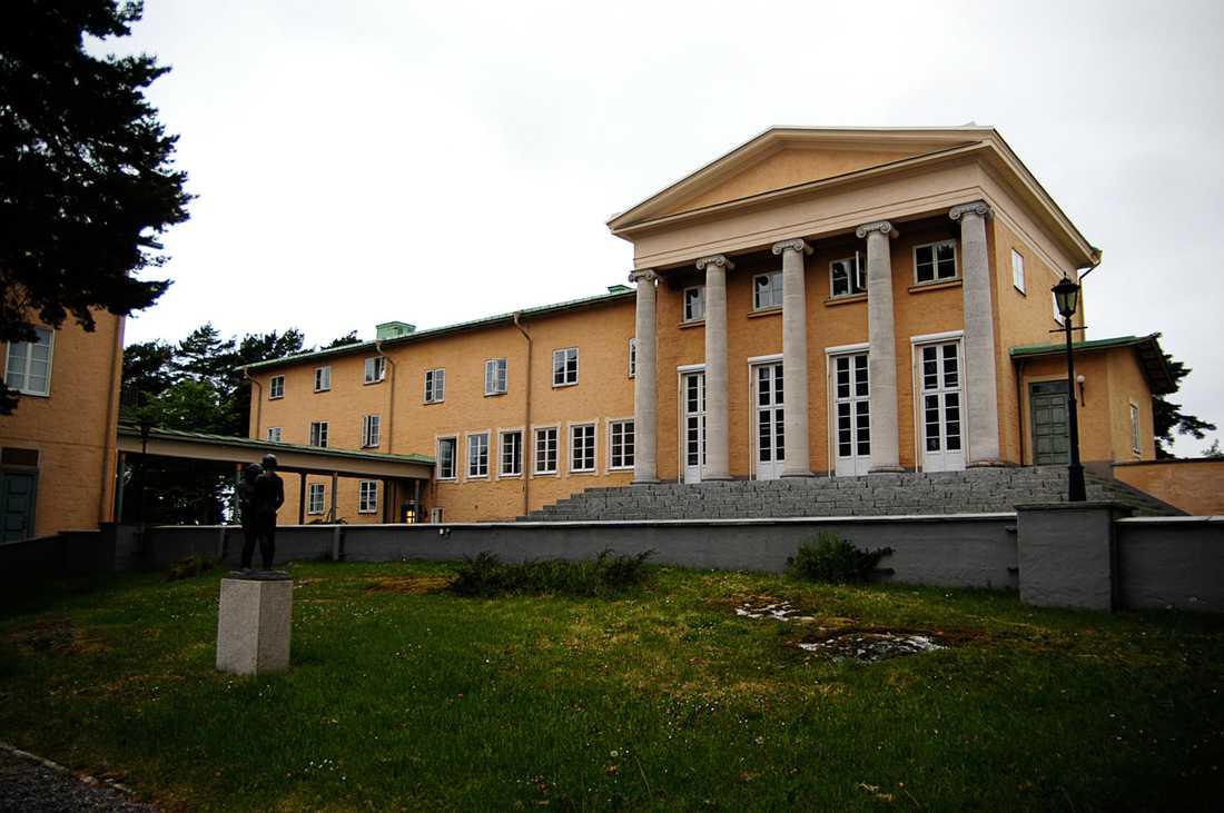 Fem elever på Sigtuna humanistiska läroverk har anhållits. De misstänks för misshandel.