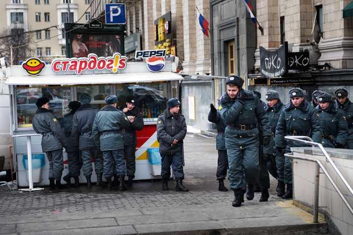 Hungriga Hundratals poliser äter korv.