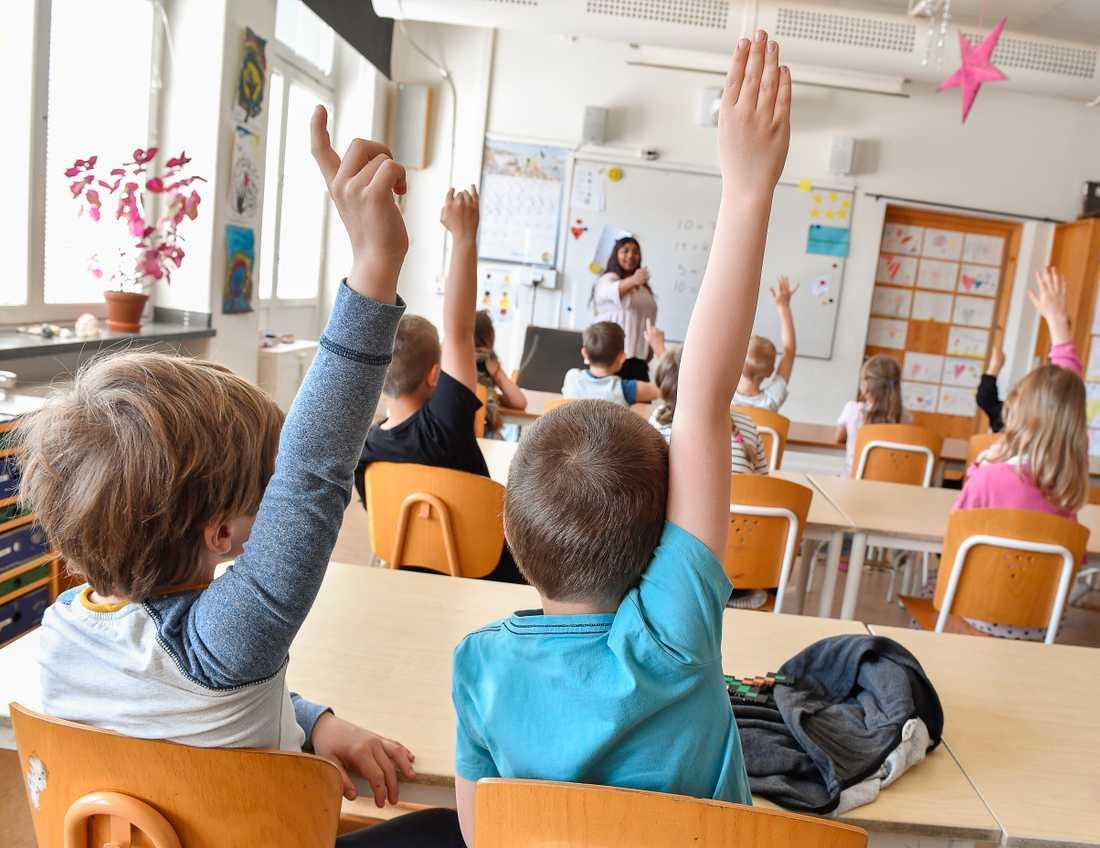 Vilka ska få plats på de mest attraktiva skolorna? De som drar rätt lott eller kvoteras in, anser OECD. Arkivbild.