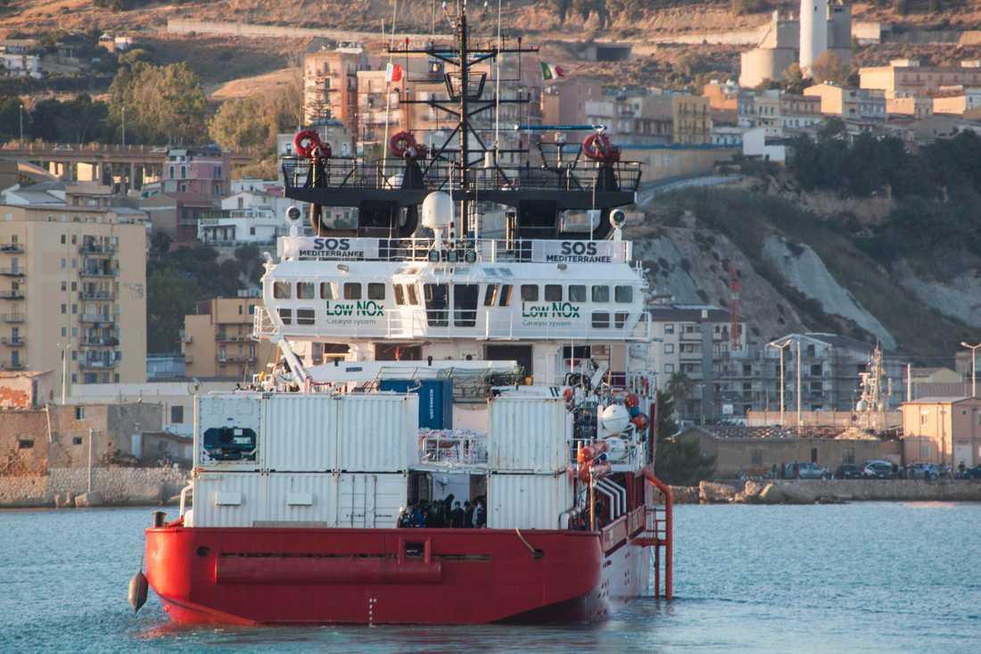 Ocean Viking vid hamnen i sicilianska Porto Empedocle på måndagen.