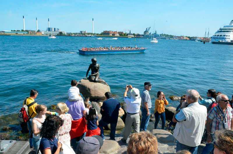 """Överlägset hetaste fotoobjektet i Köpenhamn: """"Den lille havfrue"""". Den danska huvudstaden är på sitt bästa sommarhumör under vår kryssnings lördagsanhalt."""
