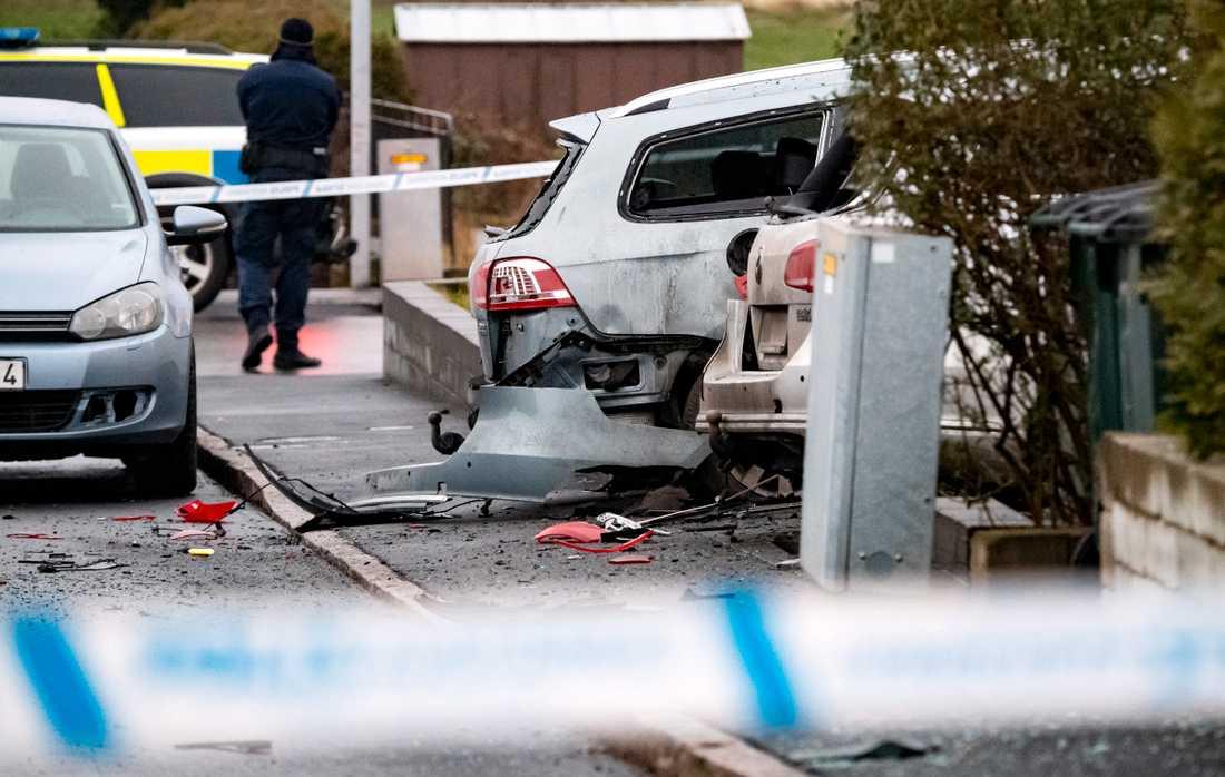 Skador på flera fordon efter en explosion i ett bostadsområde utanför Helsingborg.