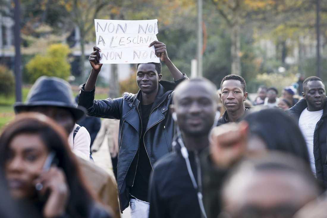 Protester i Paris mot slavhandeln i Libyen.