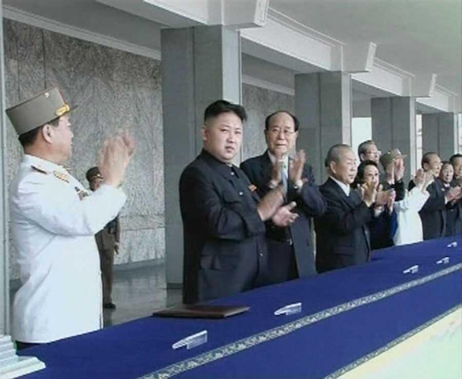 Kin Jong-un, tvåa från vänster, applåderar.