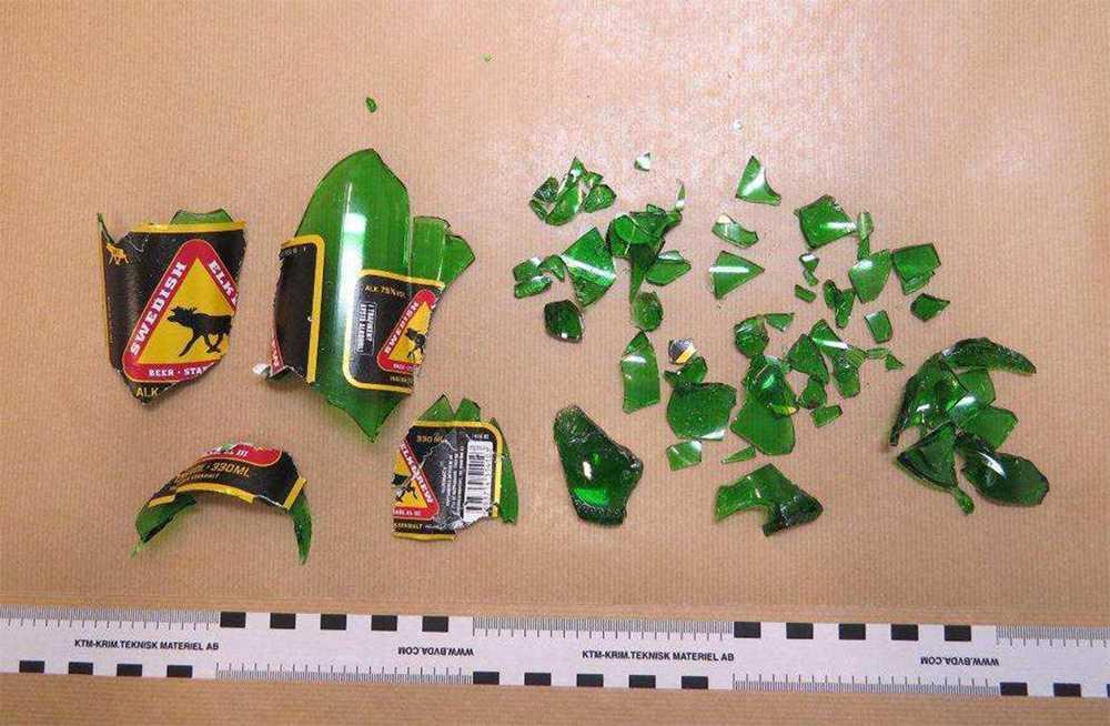 Här är glasrester från flaskan som dödade 17-åringen.