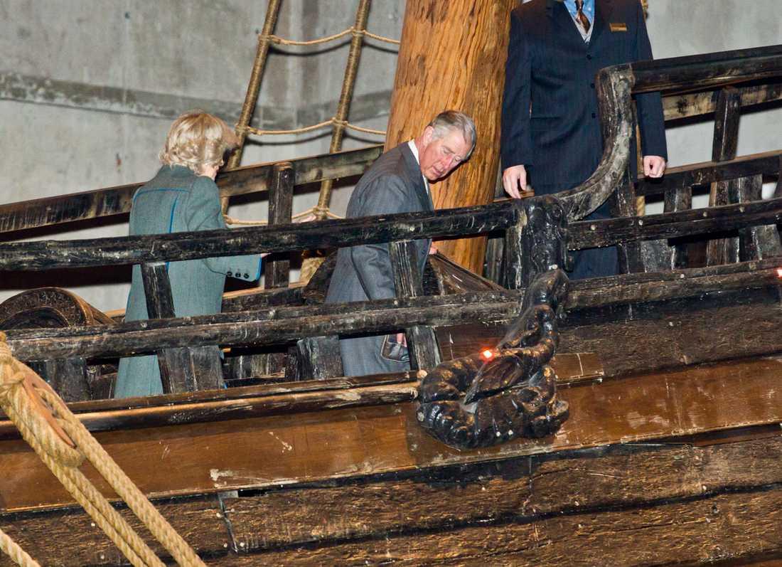 Prins Charles och Camilla på regalskeppet Vasa.