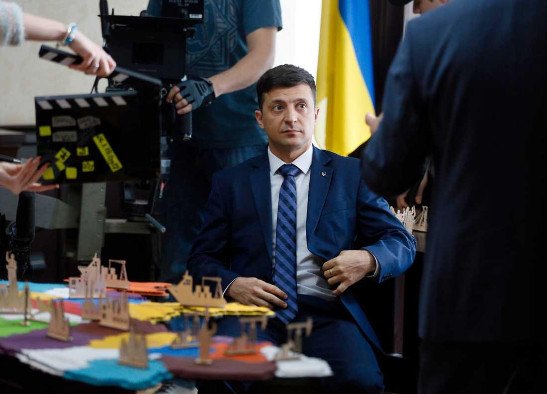 """Volodymyr Zelenskyj i rollen som lärare som plötsligt blivit president i tv-serien """"Folkets tjänare"""". Arkivbild."""