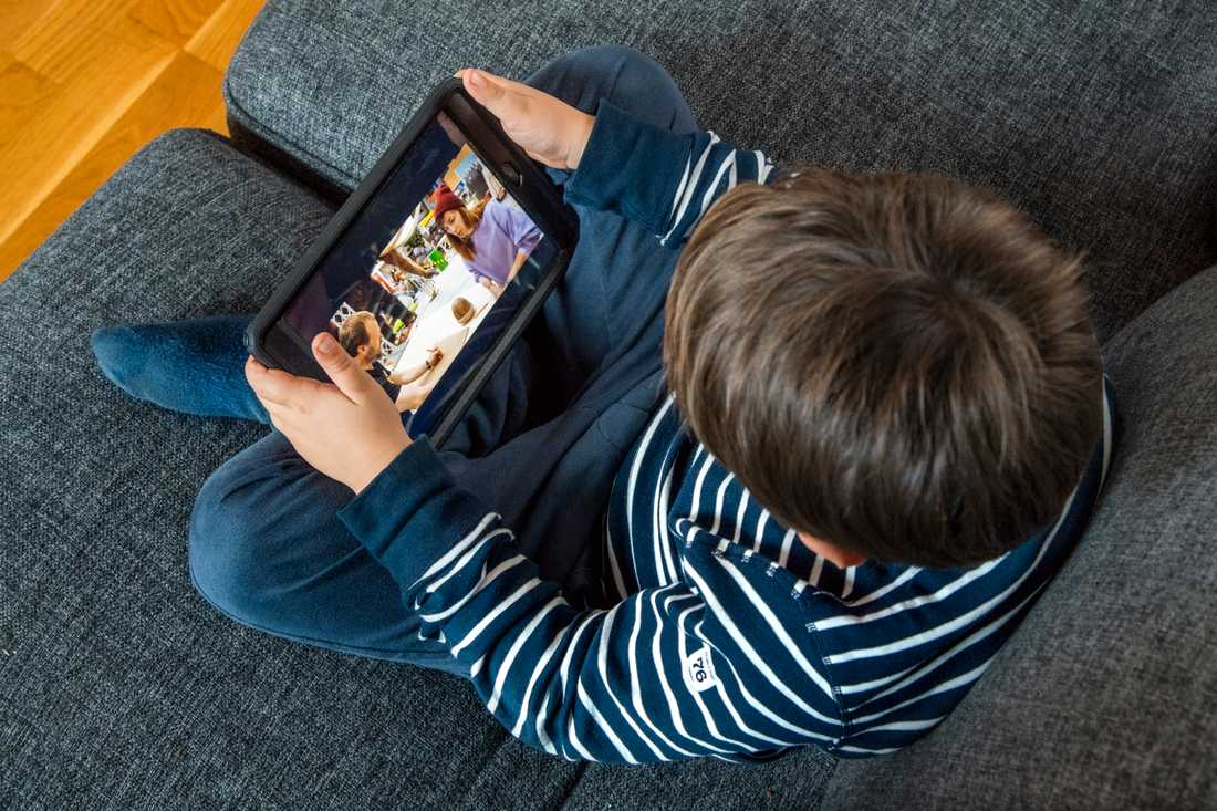 Ofta ser vi vuxna på användningen av teknik på ett helt annat sätt än vad barnen gör. Arkivbild.