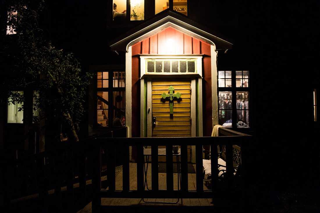 Dörren in till värme och en skyddad plats. Alsike kloster en kväll i oktober.