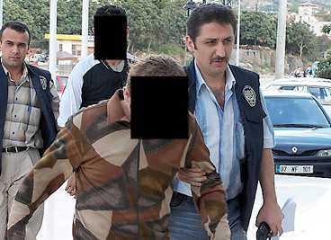Gärningsmännen förs bort av polis.