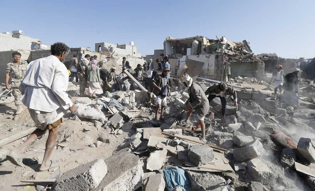 Bomber har fallit i närheten av Sanaa airport.