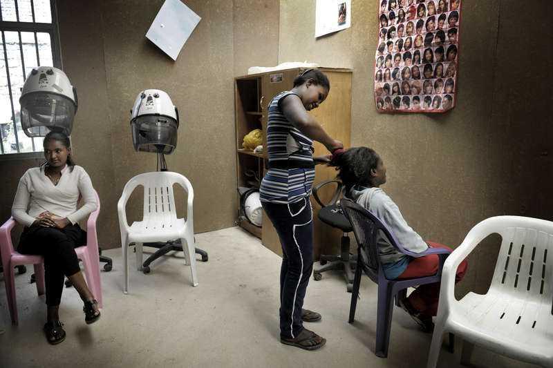 VÄGEN UT: ATT LÄRA SIG ETT RIKTIGT YRKEFrån slavar till egenföretagare. På Freedom House får före detta barnslavar och barnprostituerade lära sig ett yrke så att de i framtiden kan bli sina egna chefer.
