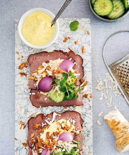 Smörrebröd – klassisker med rostbiff, remouladsås och rostad lök.