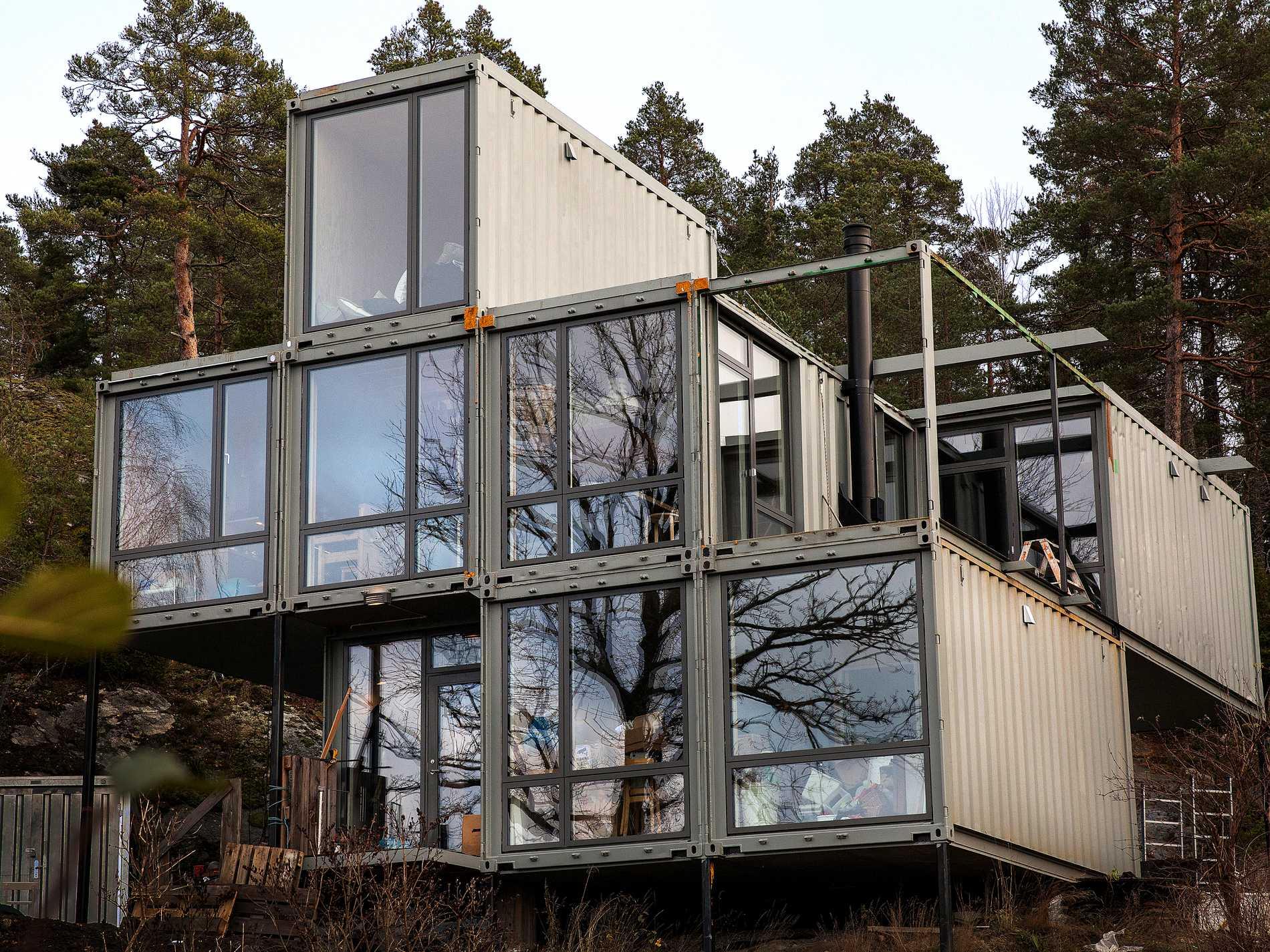 Den omsorgsfullt utprovade fasadfärgen som täcker  containrarnas korrugerade plåt har samma färg som graniten i berget bakom, och trots storleken smälter det fint in i skogsmiljön  runt omkring. Fasaden är  i princip underhållsfri.