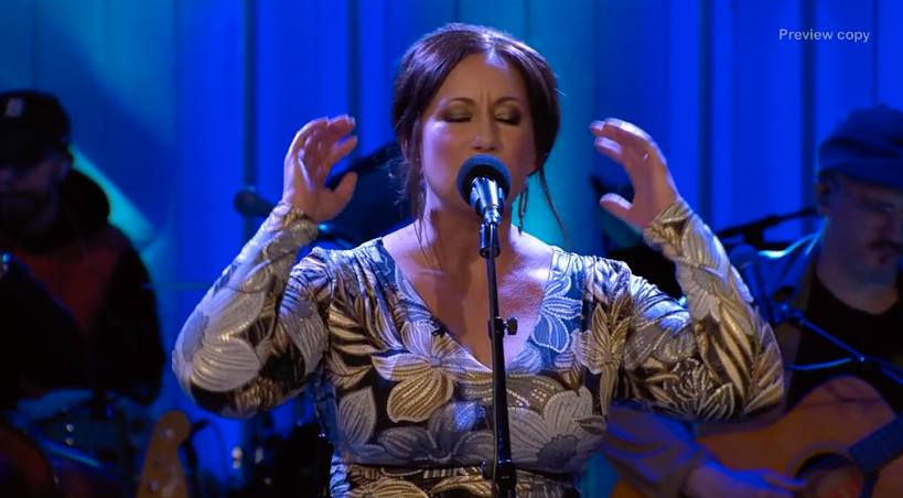 "Lisa Nilsson framförde Ana Diaz låt ""100""."