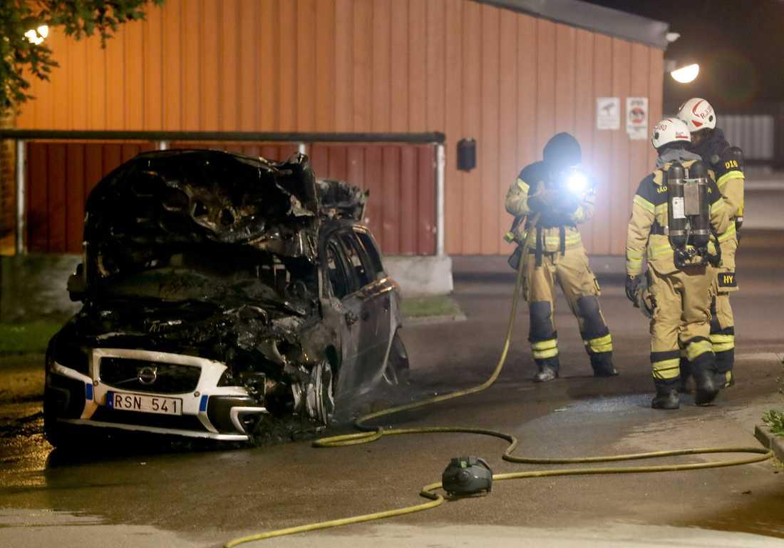 En polisbil började brinna kort efter att en polispatrull ryckt ut på ett larm om lägenhetsbråk.