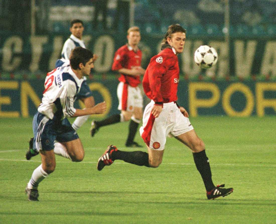 I kamp med Portos Paulinho Santos i kvartsfinalen av Champions League i mars 1997. Matchen slutade 0-0.
