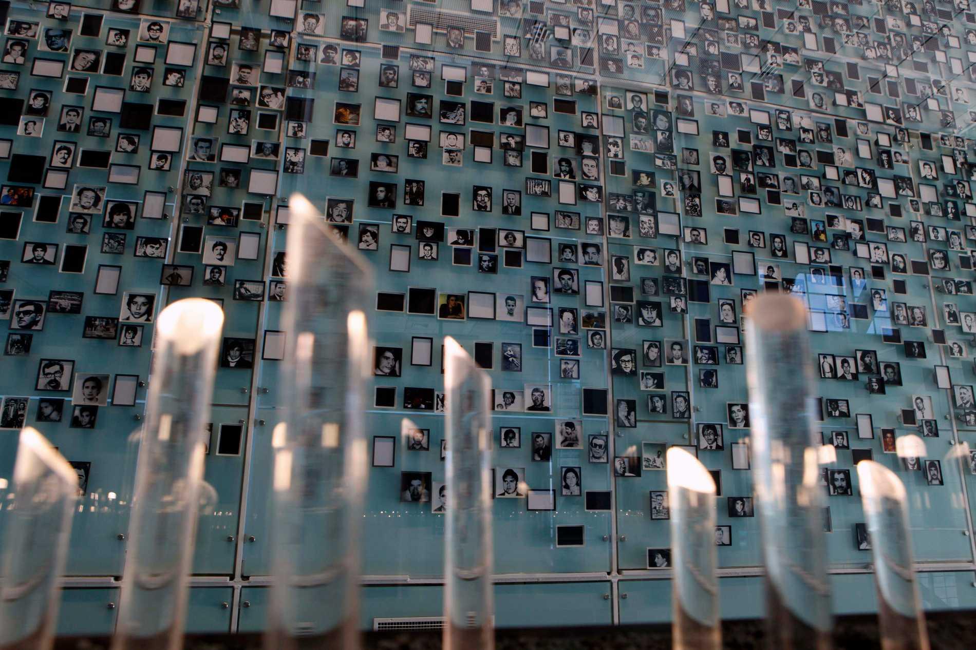 Bilder av försvunna chilenare vid ett minnesmonument i Santiago i Chile. Arkivbild.