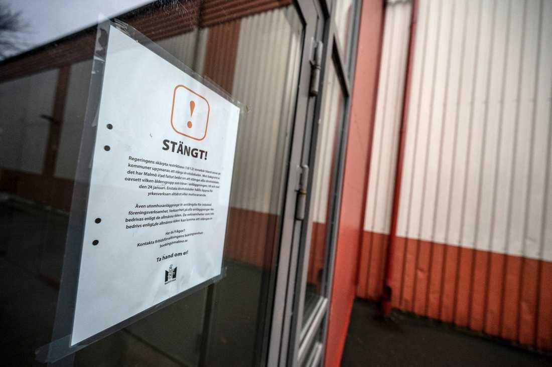 Ishallen på Rosengård i Malmö hålls stängd, också för barn och ungdomar.