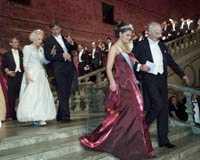 Kronprinsessan Victoria hade valt en vinröd sidenklänning med glitter. Prinsessan Lilian bar en ljust pärlgrå klänning med ballongkjol.