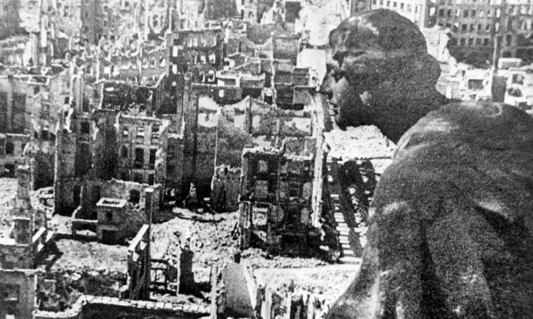 """Dresdens rådhus, med statyn """"Godheten""""."""