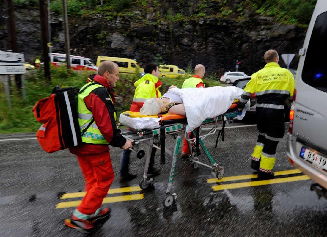 Skadade bärs i väg av sjukvårdspersonal.