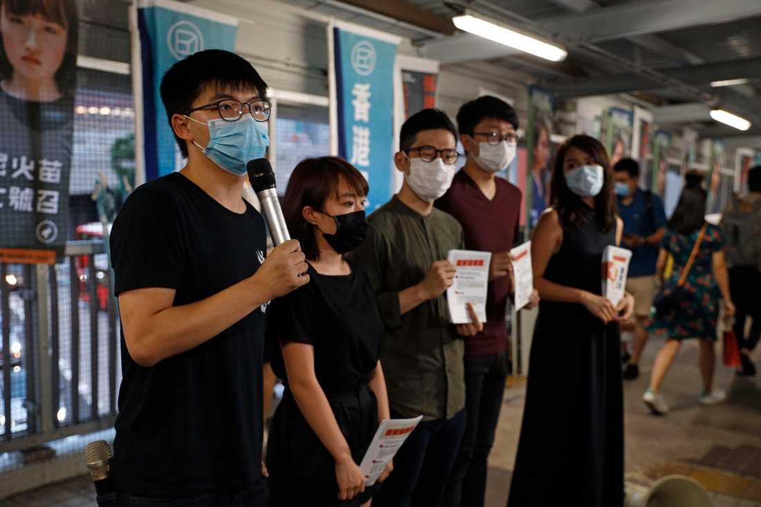 En av ledarfigurerna för demokratirörelsen, Joshua Wong (till vänster), talar till pressen under en protest mot Kinas utkast till säkerhetslagen.