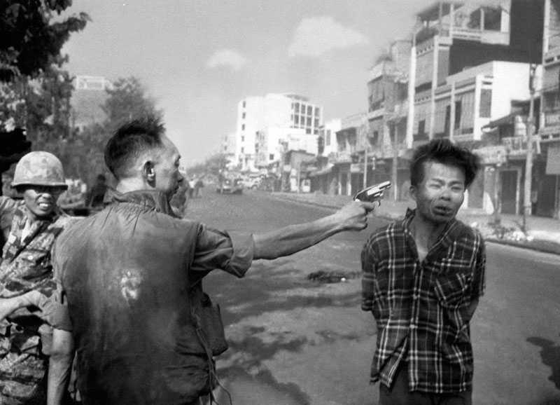 En vietnamesisk fånge avrättas med pistol av en polismästare i Saigon 1968. För den här bilden fick fotografen Eddie Adams Pulitzerpriset.