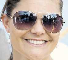 Solglasögonen Favoritbrillorna köptes våren 2008 och har suttit stadigt på kronprinsessans näsa sedan dess. Pilotmodellen är het den här säsongen, så vi kan räkna med att se Victoria glassa i de tonade glasen hela sommaren.