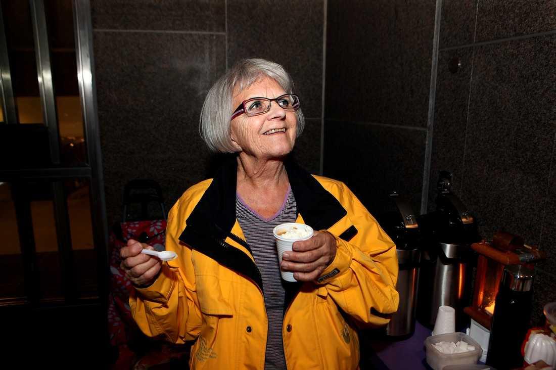 """""""ÄNGELN PÅ MALMSKILLNADSGATAN"""" Så kallas hon. """"Många säger att jag är deras ängel. De flesta kallar mig """"morsan"""" eller """"mamma"""", säger Elise Lindqvist, 75. Hon var en av sex kandidater till priset Årets Wendela som delas ut av Aftonbladet."""